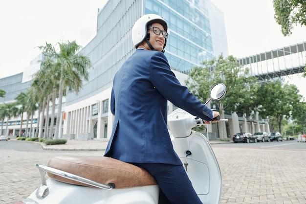 ビジネスマン乗馬スクーター