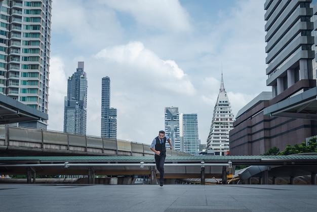 都市、ビジネスコンセプトの成長で実行されるビジネスマン