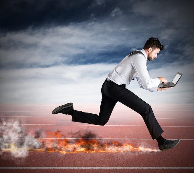 Бизнесмен быстро бежит с ноутбуком, оставляя следы огня. быстрая бизнес-концепция