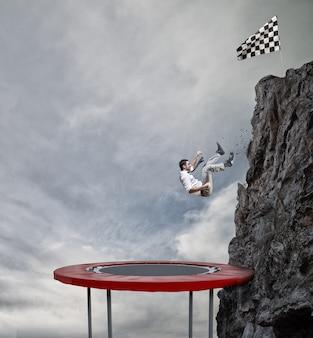 Бизнесмен устремляется вниз с вершины горы, чтобы добраться до флага. достижение бизнес-цели и концепция сложной карьеры