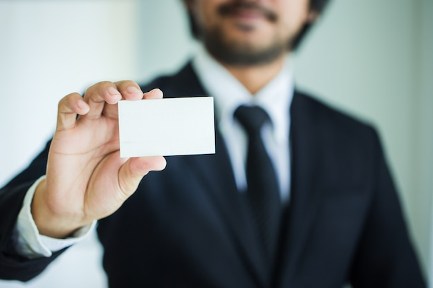 ビジネスカードを表示しているビジネスマンの手