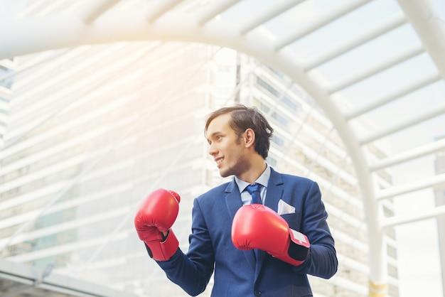 Рука предпринимателя в боксерских перчатках.