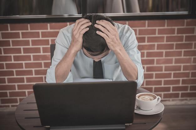 카페 불행 사업에 앉아 슬픈 사업가 사업에 코로나 바이러스 잠금 효과 실패