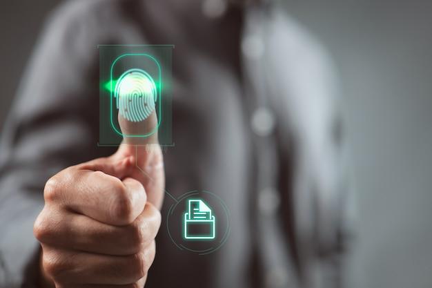 ビジネスマンは、指紋の生体認証idと承認をスキャンして、ファイルフォルダーにアクセスします。没入型テクノロジーにおける指紋によるセキュリティとパスワード制御の未来のビジネスコンセプト