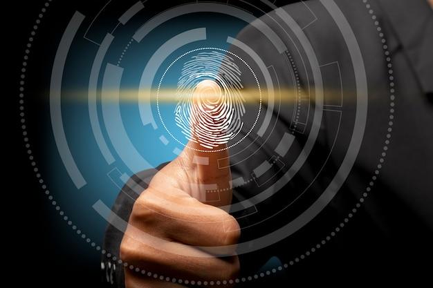 ビジネスマンは指紋の生体認証と承認をスキャンします