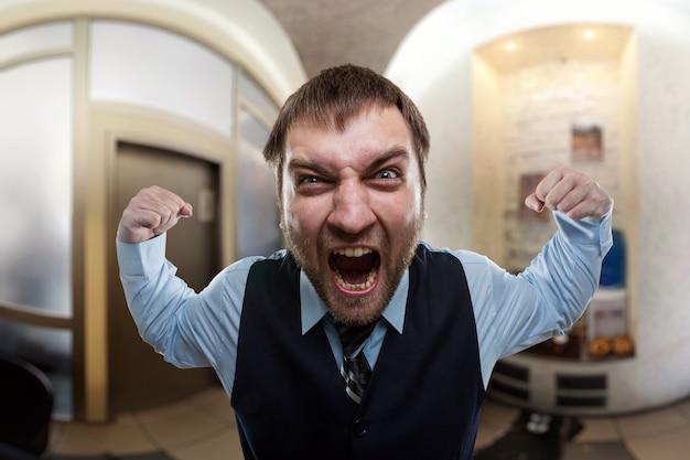 Бизнесмен кричит в офисе