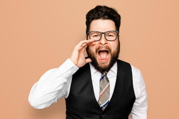 Uomo d'affari che urla su sfondo arancione