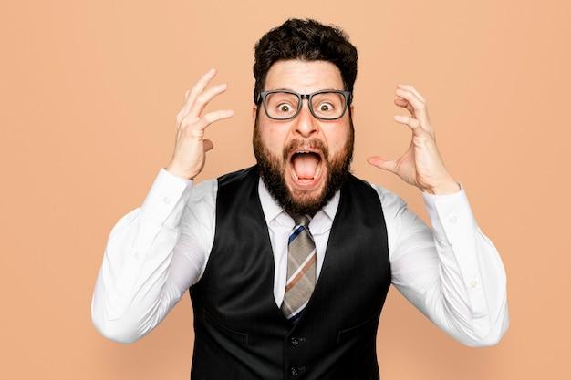 ショックを受けた表情を叫ぶビジネスマン