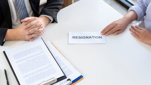 机の上の幹部雇用主の上司に辞表を送るビジネスマン