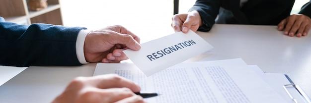 Бизнесмен, отправив заявление об отставке исполнительному работодателю