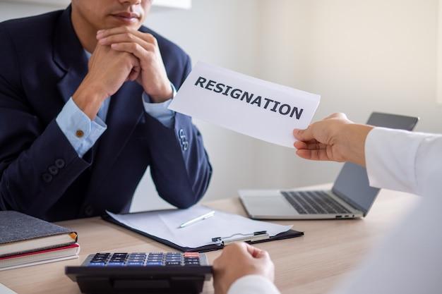 Бизнесмен отправляет заявление об отставке исполнительной власти