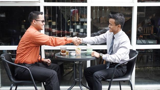 ビジネスマン握手会議を終了します