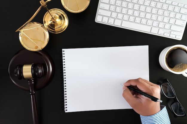 Бизнесмен, рукопожатие судья молоток с юристами юстиции