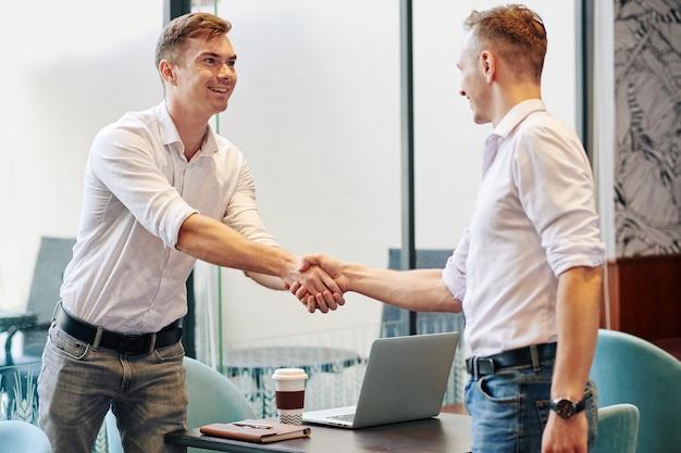 同僚の手を振って実業家