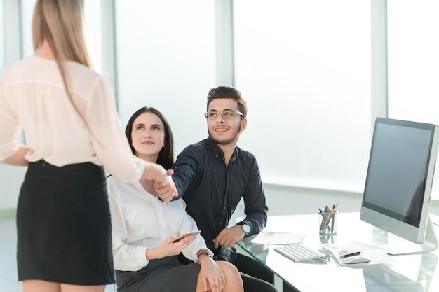 Бизнесмен, пожимая руку менеджеру компании