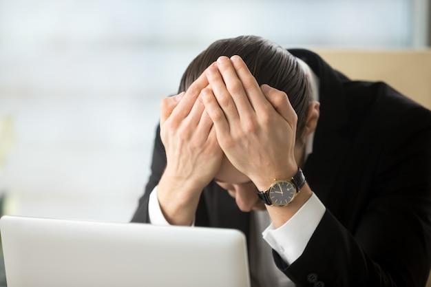 Бизнесмен в шоке от банкротства компании