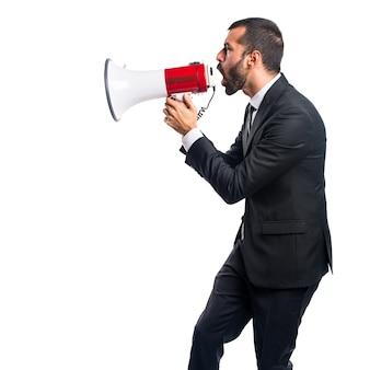 Бизнесмен, кричащий по мегафону