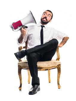 Uomo d'affari gridare dal megafono