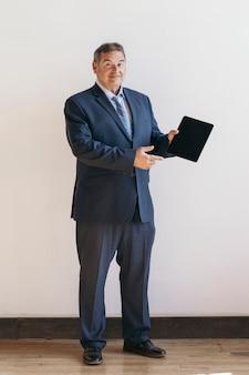 Бизнесмен показывает обои для мобильного телефона цифрового планшета