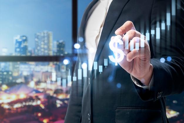 Бизнесмен показывает виртуальную гистограмму доллара с цифровым фоном