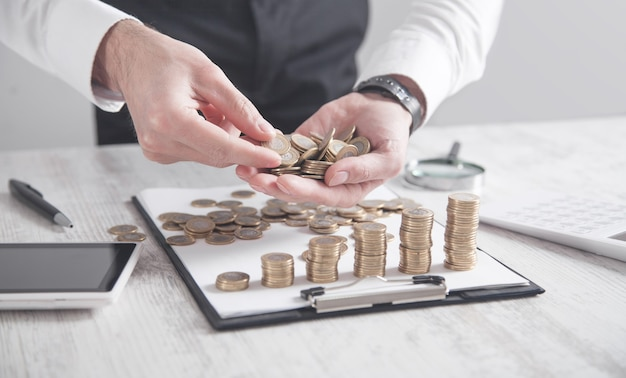机の上にコインを表示するビジネスマン。