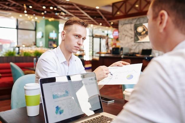 毎月の財務報告を示す実業家