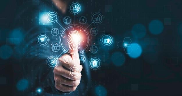 보안 시스템에 액세스하기 위해 지문을 스캔하기 위해 엄지손가락을 치켜드는 사업가는 인터넷 뱅킹, 클라우드 시스템, 휴대폰을 포함합니다.