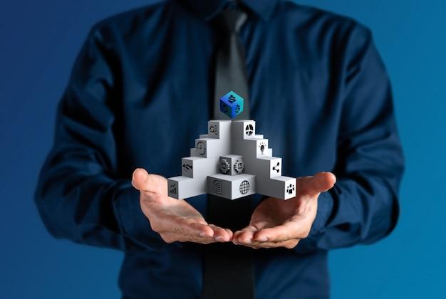 ビジネスマンは、ビジネスの管理階段アイコンを示しています