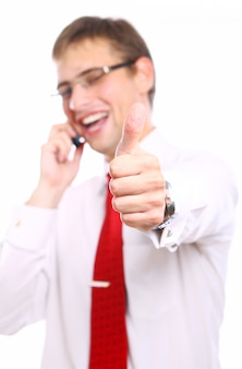 Бизнесмен показывает знак ок во время звонка по телефону