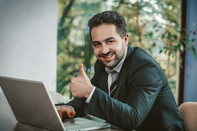 Бизнесмен, показывает, большие пальцы, вверх, сидит, ноутбук