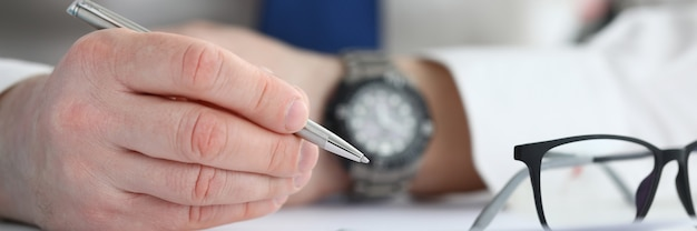 Бизнесмен подписывает контракт. концепция бизнес-образования.