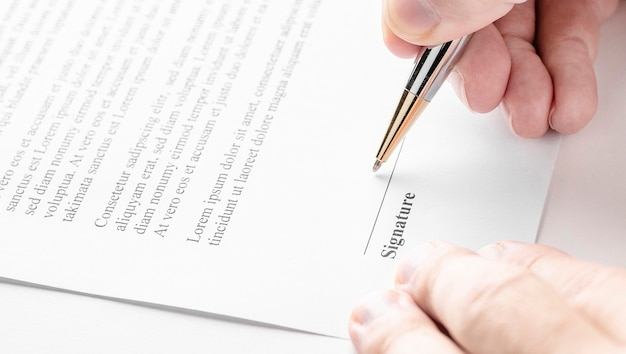 ペンで契約を結ぶビジネスマン