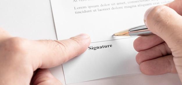Бизнесмен, подписывающий контракт с ручкой