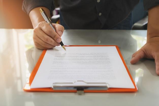 契約を結ぶ契約を結ぶビジネスマン。ビジネスマン、公式文書に署名する