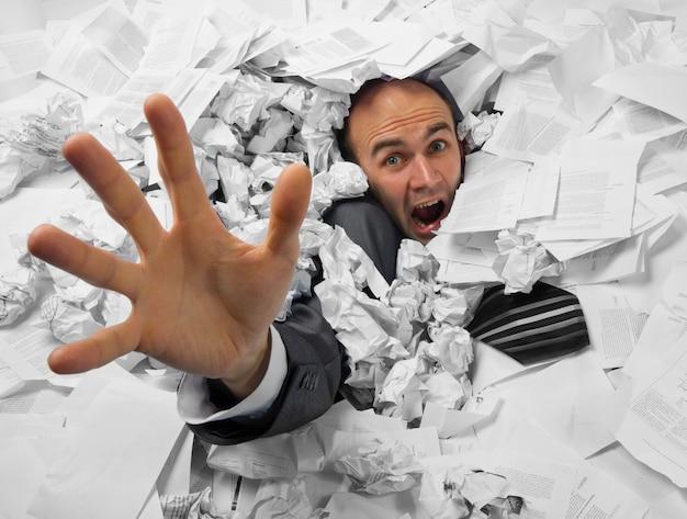 Бизнесмен тонет в куче документов