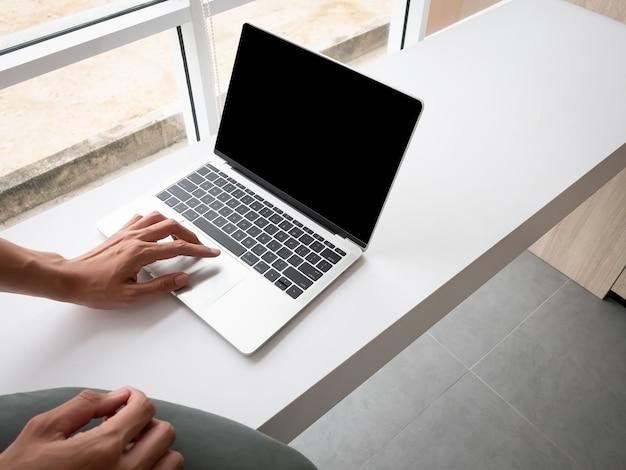 사업가 앉아서 사무실 사무실에서 노트북 컴퓨터 모형 화면 프로젝트 작업 프리미엄 사진