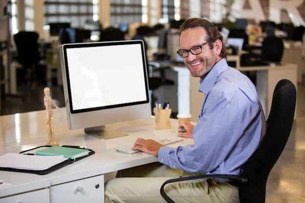コンピューターの机に座っている実業家