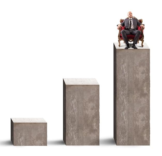 高いステップで肘掛け椅子に座っているビジネスマン