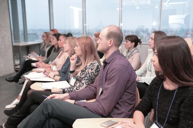 新しいプロジェクトのプレゼンテーションのために会議室に座っているビジネスマン。