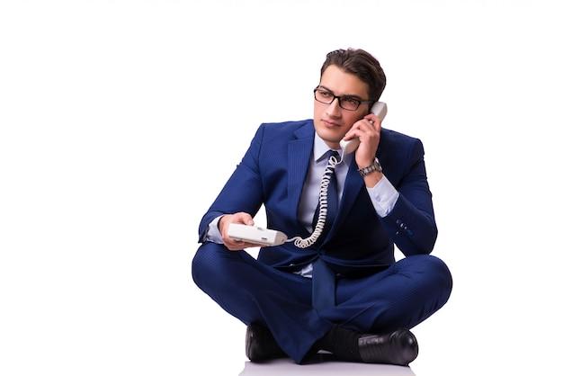 Бизнесмен сидит на полу, изолированных на белом