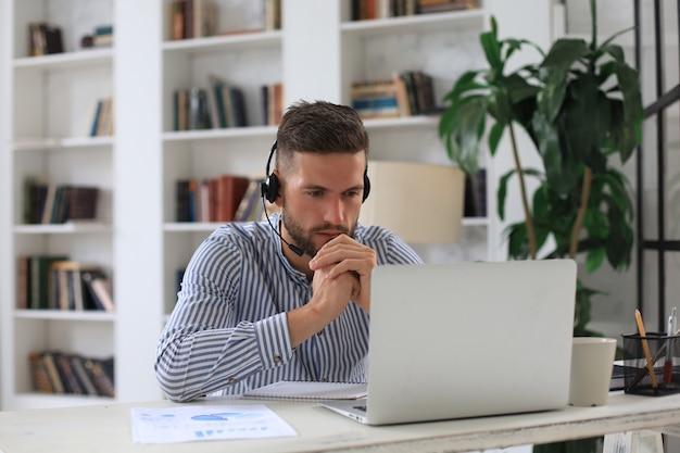 사업가는 자가 격리 및 격리 기간 동안 온라인 브리핑에 대해 동료들과 화상 통화로 이야기합니다. 독감 전염병 및 covid-19