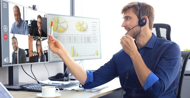 Бизнесмен говорить по видеосвязи с коллегами на онлайн-брифинге