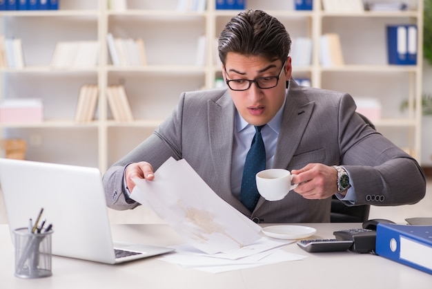 重要な文書にコーヒーをこぼす実業家