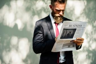 ビジネスマン、立って、読書、新聞