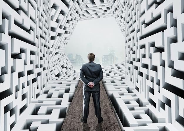 Бизнесмен, стоя в абстрактном лабиринте