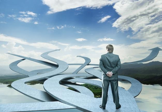 Бизнесмен стоит, выбирая свой путь