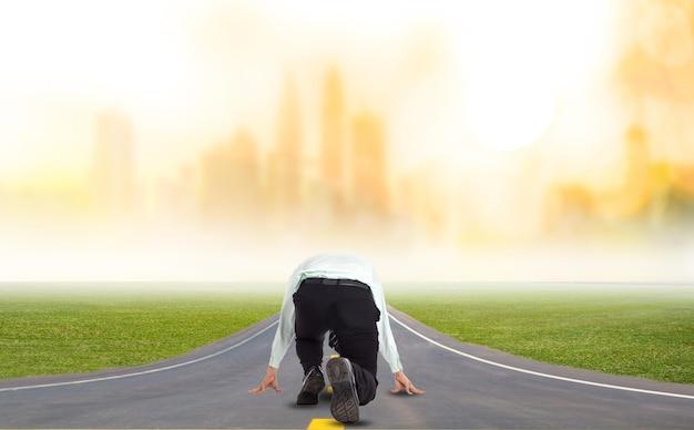 사업가는 도시 지역에서 사업을 경쟁하기 위한 출발선을 시작합니다.