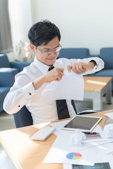Бизнесмен подчеркнул, с работой, не имеют никакой клочок работы левой винтажный стиль