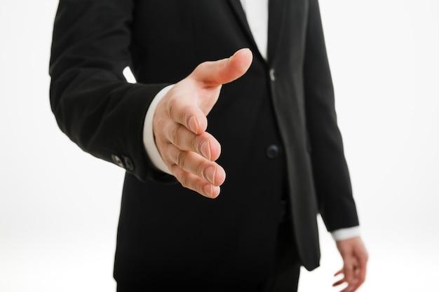 Бизнесмен, протягивая руку
