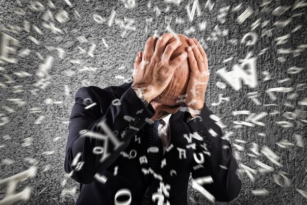 Бизнесмен ошеломлен сильной головной болью. стресс при перегрузке
